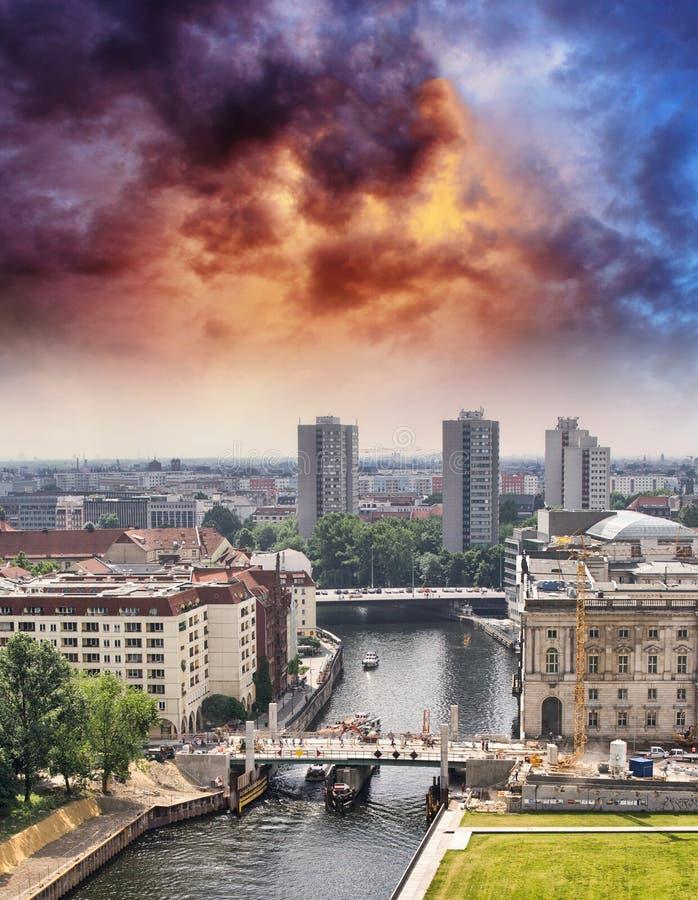 Antennen beskådar av Berlin och festfloden i en härlig sommardag royaltyfri foto
