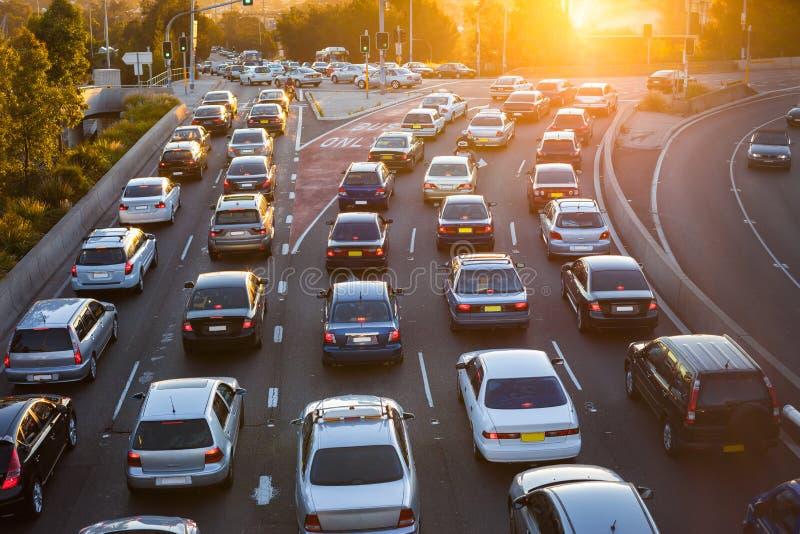 Antennen beskådar av bilar trafikerar in royaltyfri fotografi