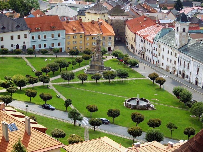 Antennen beskådar av den Kremnica townen i sommar royaltyfri fotografi