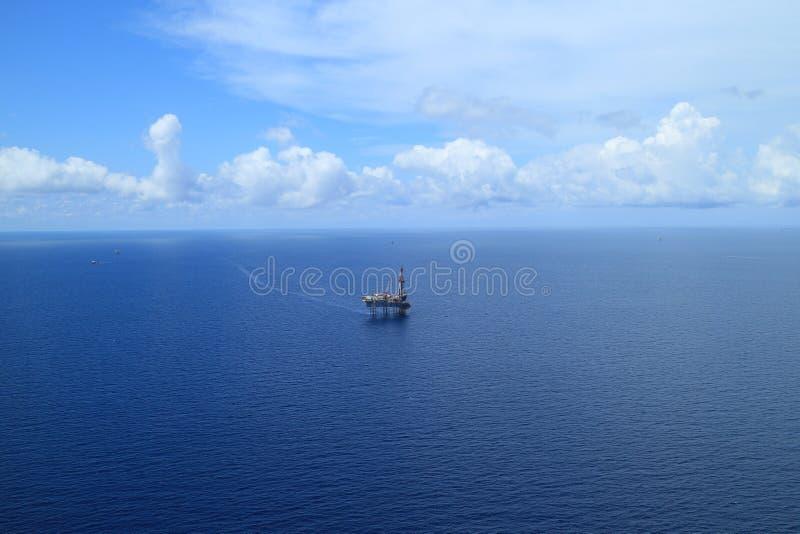 Antennen beskådar av frånlands- stålar upp borranderigg royaltyfri foto