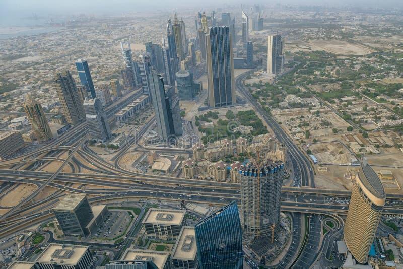 Antennen beskådar av i stadens centrum Dubai royaltyfri foto