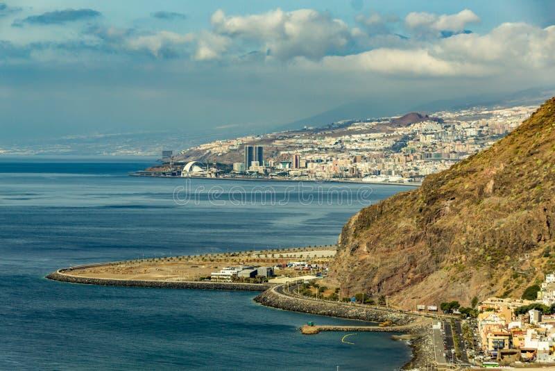Antennen besk?dar av Santa Cruz de Tenerife kanarief?gel?ar spain royaltyfri fotografi