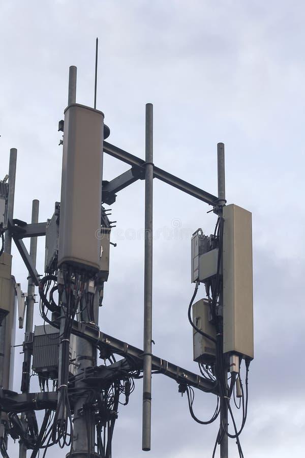 Antennen för att motta telefonsignaler är allmänt vertikal eller stången royaltyfria foton