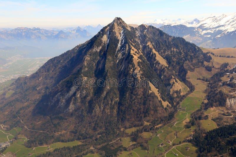 Antennen för berg för Stanserhorn bergSchweiz tävlar den schweiziska fjällängar royaltyfria bilder