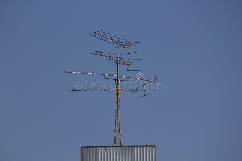 Antennen Fernsehen ist auf dem Gebäude stockfotos