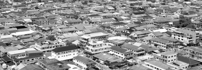 Antennen sköt av en normal dag i den asiatiska förorten i svartvitt
