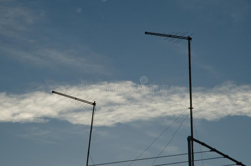 Antennen und Abgasfahnen von einem Flugzeug stockfotografie