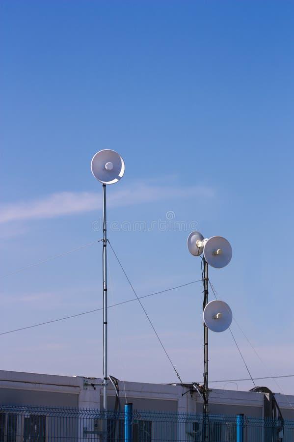 Antennen von verschiedenen Arten an einem sonnigen Tag und an einem klaren Himmel stockbild