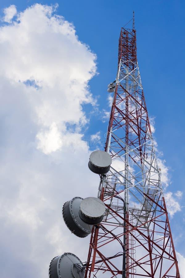 Antennenmast für Telekommunikation oder Radio oder Mikrowelle auf Hintergrund der Wolke und des blauen Himmels stockbilder