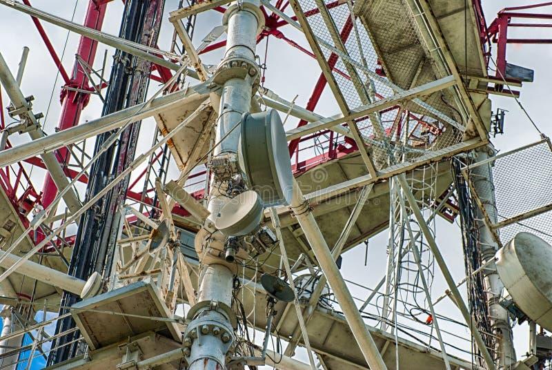 Antenner av mobiltelefoner och kabelkonstruktion Kommunikation för utrustning 3d royaltyfri bild