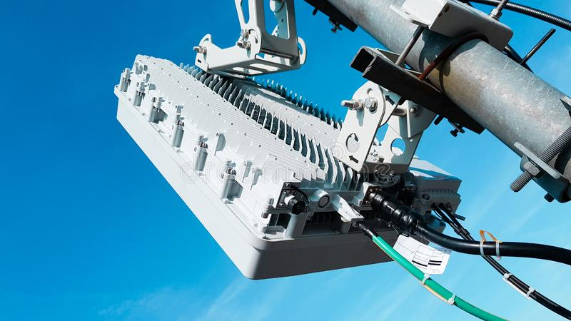 antenner för nätverk för cell- radio för mobil telekommunikation 5G smarta på en mast på vågorna för takradioutsändningsignal royaltyfri bild
