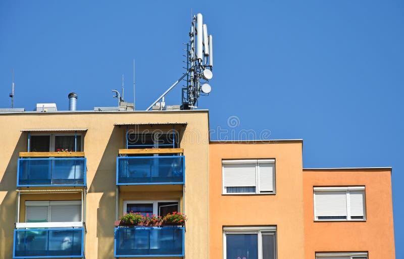 Antenner på överkanten av en hyreshus arkivbild