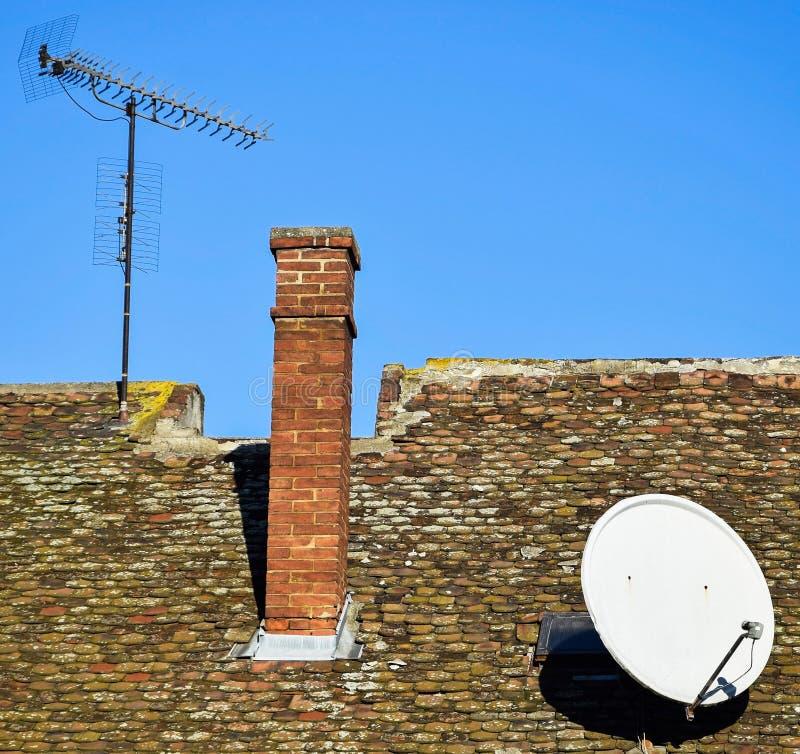 Antenner på taket av en gammal byggnad arkivbild