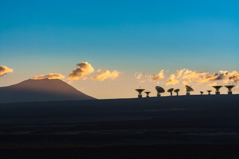 Antennes de radiotélescopes dans le plateau andin élevé du désert d'Atacama illustration stock