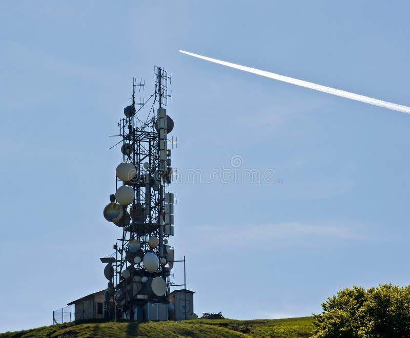 Antennes de télécommunication et journal d'avion à réaction photo stock