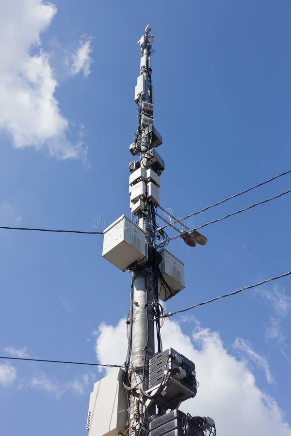 Antennes op blauwe hemelachtergrond stock afbeeldingen