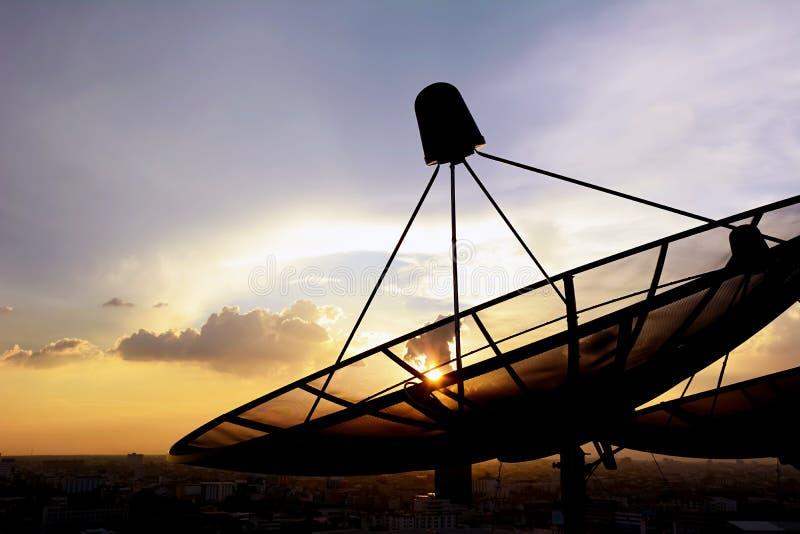Antennes paraboliques sur le fond crépusculaire de ciel photos stock