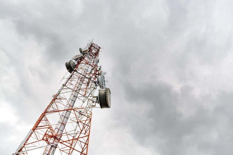 Antennetoren van Communicatie met hemel stock foto's