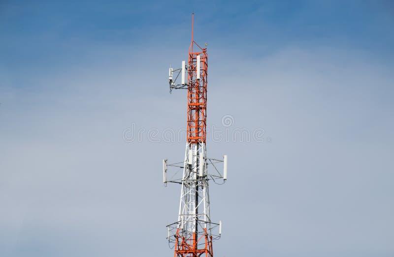 Antennetoren van Mededeling en blauwe hemel stock foto