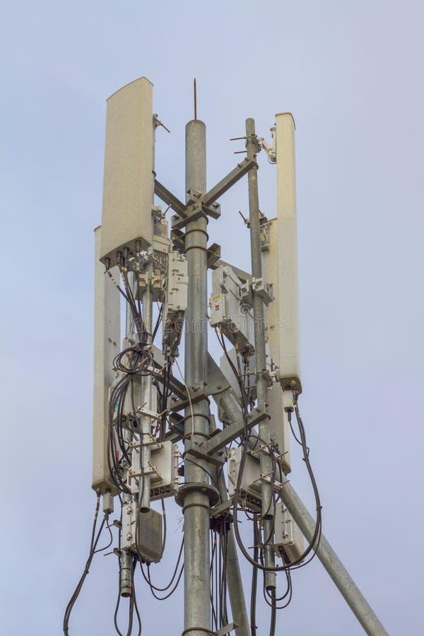 Antennmikrov?g f?r telefon Wi-Fi och parallell Digital signal f?r frekvensf?rdelningsask av TV arkivbild
