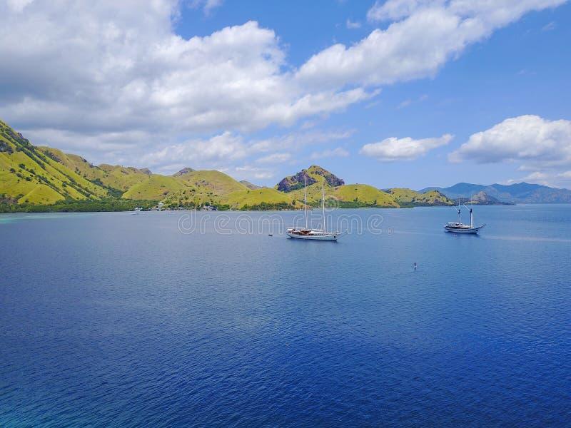 Antennskottet av den härliga blåa lagun på den varma sommardagen med seglar royaltyfri foto