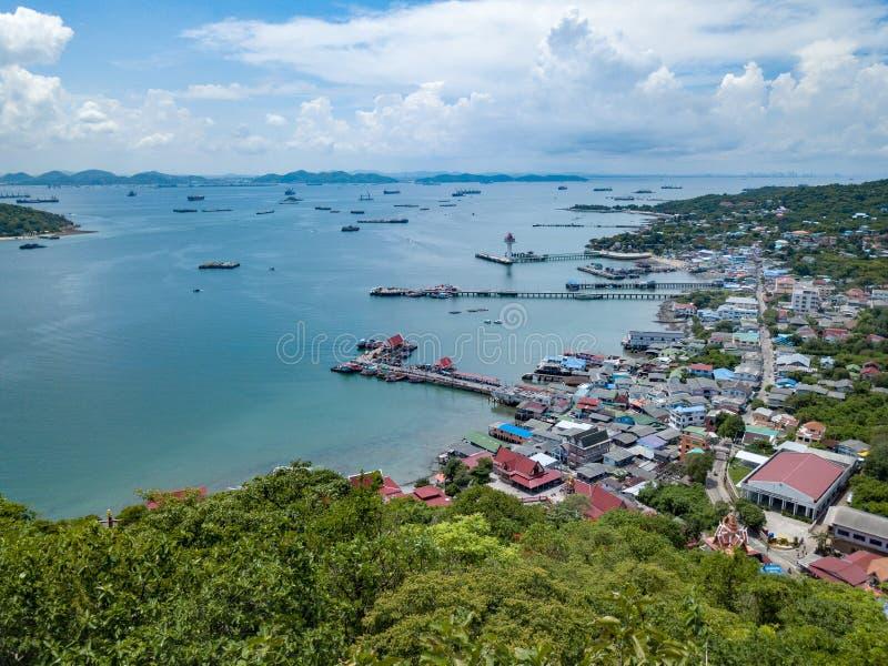 Antennskottet av fiskeläget på den Sichang ön lokaliseras i t royaltyfria foton