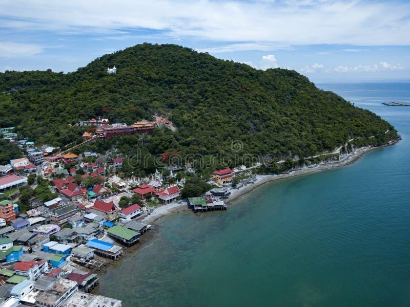 Antennskottet av fiskeläget på den Sichang ön lokaliseras i t royaltyfri foto