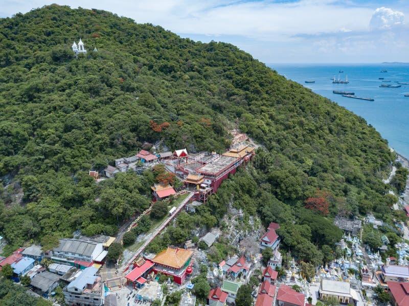 Antennskottet av fiskeläget på den Sichang ön lokaliseras i t arkivfoton
