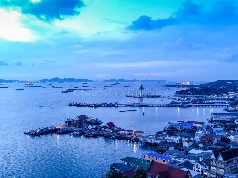 Antennskottet av fiskeläget på den Sichang ön lokaliseras i t fotografering för bildbyråer