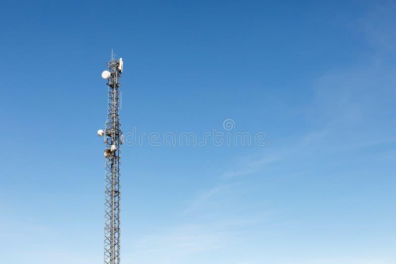 Antenntorn för kommunikation royaltyfri fotografi