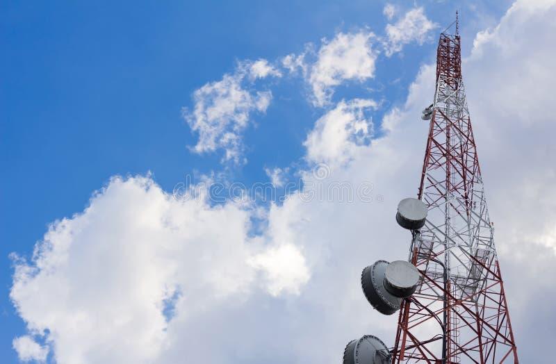 Antenntorn för telekommunikation eller radio eller mikrovåg på bakgrund för moln och för blå himmel arkivbilder
