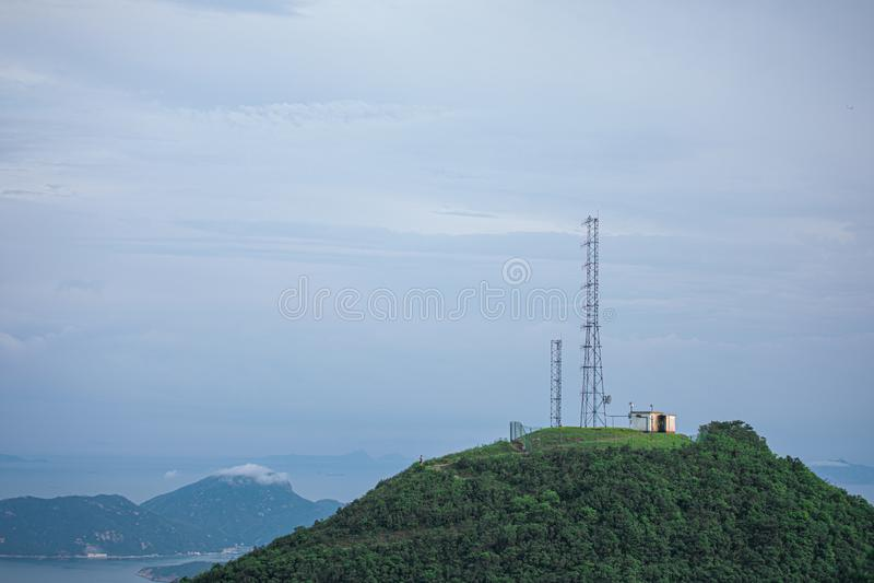 Antenntorn på ett maximum av en kulle arkivbilder