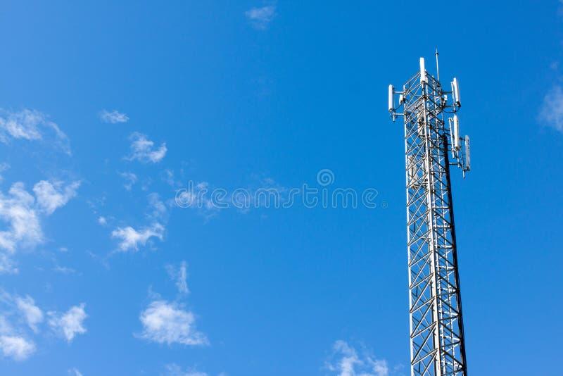 Anteny donosicielki wierza na niebieskim niebie obrazy royalty free