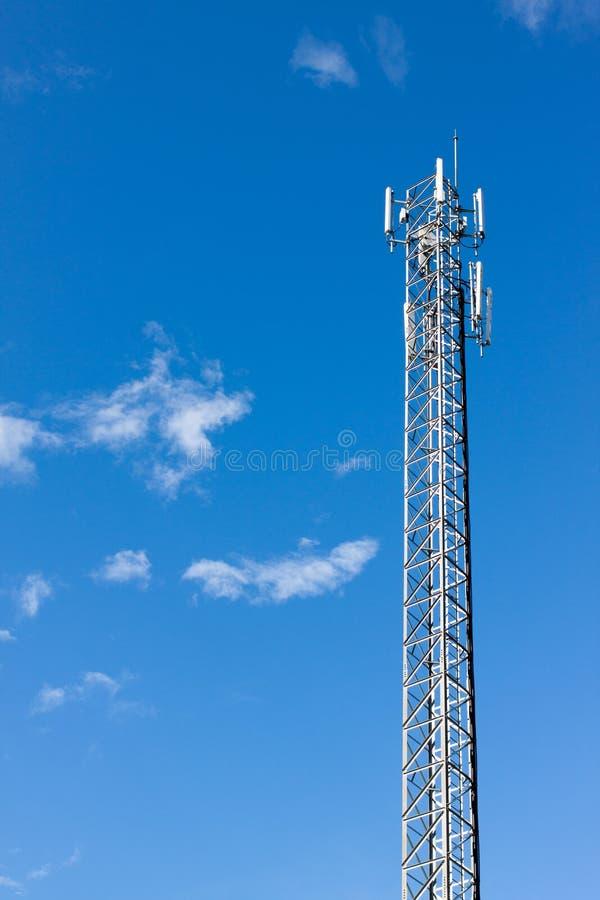 Anteny donosicielki wierza na niebieskim niebie zdjęcie stock