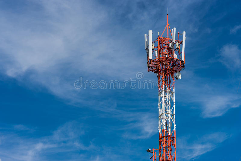 Anteny donosicielki wierza na niebieskim niebie zdjęcia royalty free