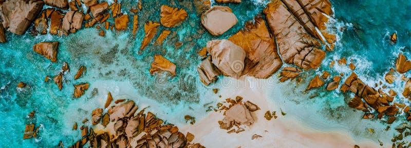 Anteny panoramy odgórny widok oceanu brzeg ogromny dziwaczny granit kołysa głazy na tropikalnej plaży z turkusową lazur wodą fotografia stock