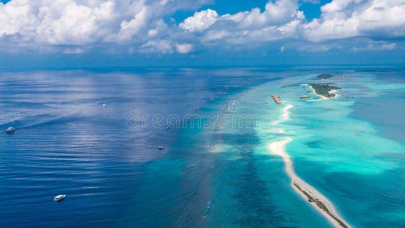 Anteny plażowy i błękitny morze w Maldives Korala i laguny widok od nieba zdjęcia royalty free