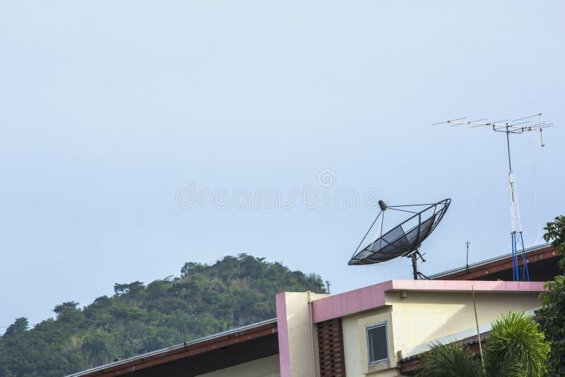 Anteny satelitarne dla komunikaci na budynku obrazy stock