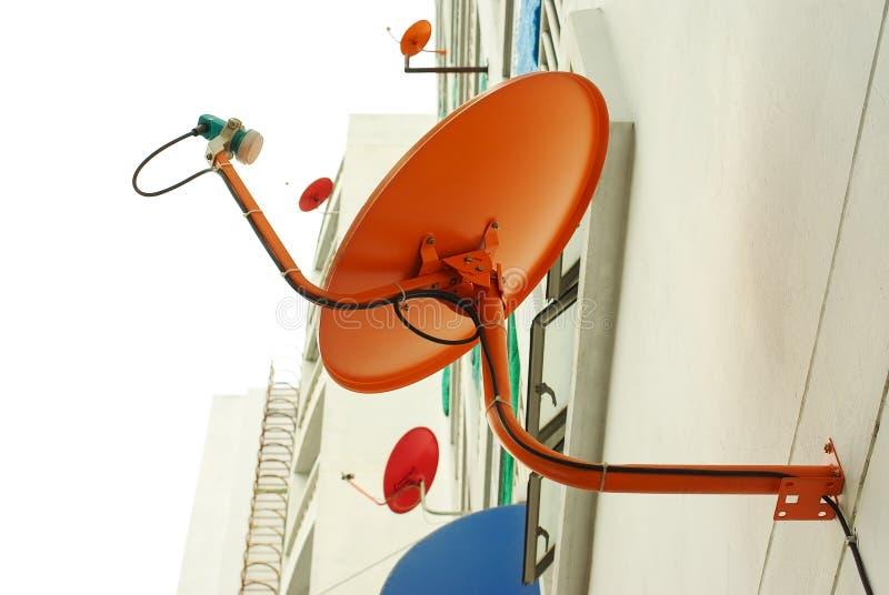 Anteny satelitarne instalować na budynek mieszkaniowy ścianie obraz stock
