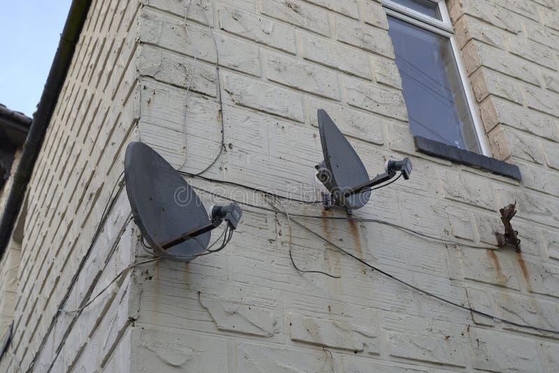 Anteny satelitarne na ścianie obraz stock