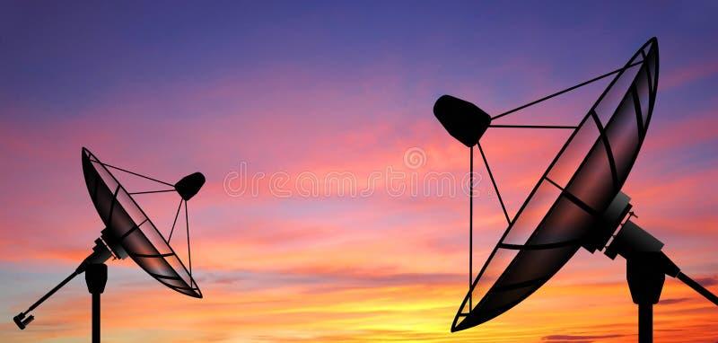 Anteny satelitarnej nieba słońce gra główna rolę komunikację obraz stock