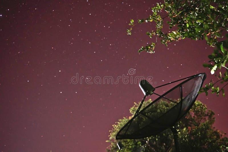 Anteny satelitarnej nieba słońce gra główna rolę komunikację obrazy royalty free