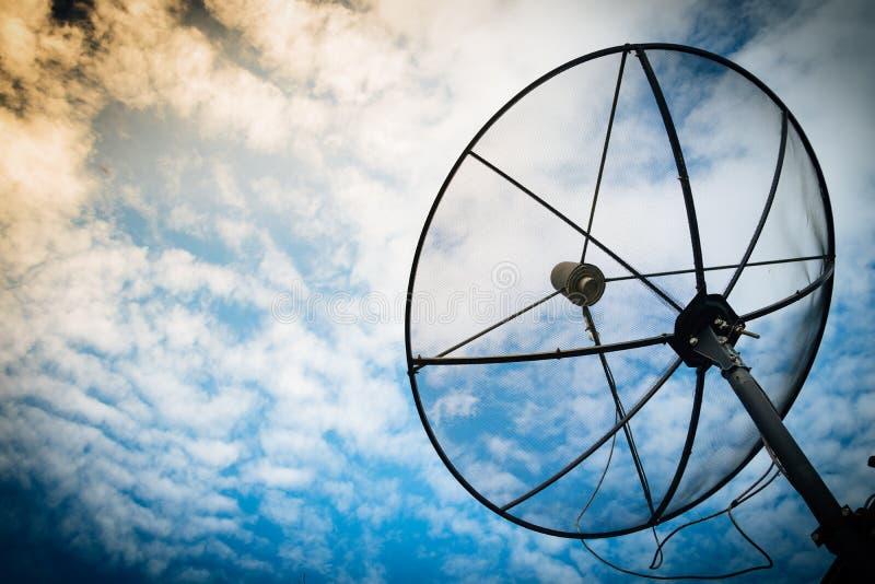 Anteny satelitarnej technologii komunikacyjnej sieć z słońcem i w fotografia stock