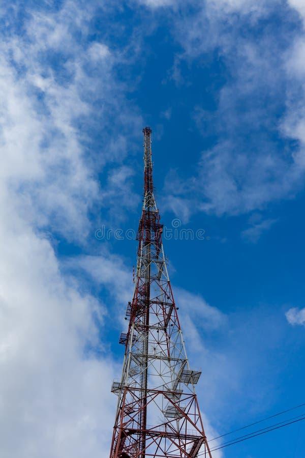 Anteny wierza z niebieskiego nieba i chmury tłem zdjęcie stock