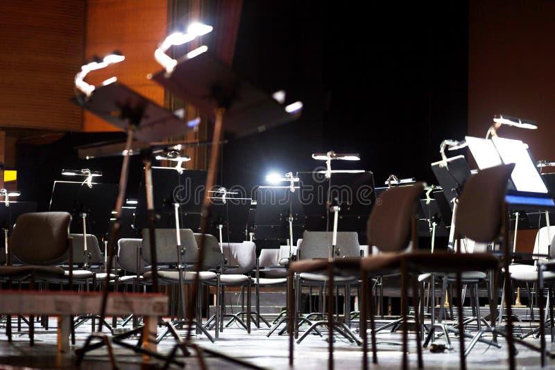 Antes da cena do desempenho dos músicos imagem de stock