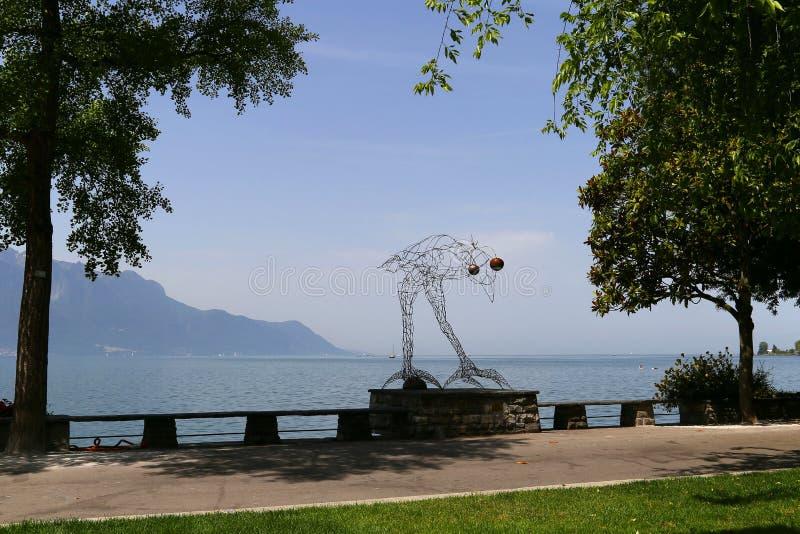 Antes da escultura do voo por Michel Buchs em Quai de la Rouvenaz, nos bancos do lago Genebra, suíço Riviera, Montreux, Suíça fotografia de stock royalty free