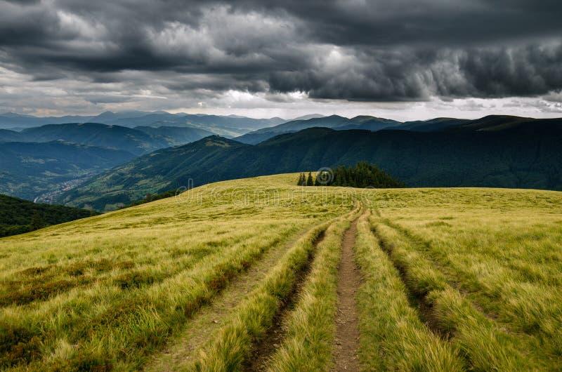 Antes da tempestade nas montanhas imagens de stock royalty free