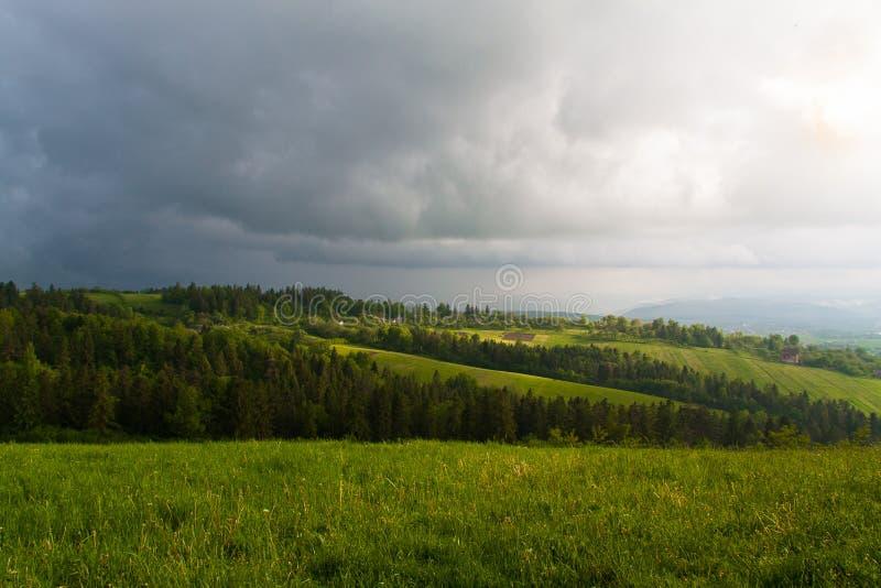 Antes da tempestade no campo nas nuvens foto de stock
