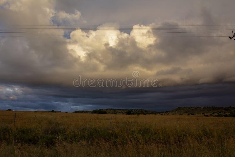 Antes da tempestade - nuvens pesadas acima de uma planície imagens de stock royalty free