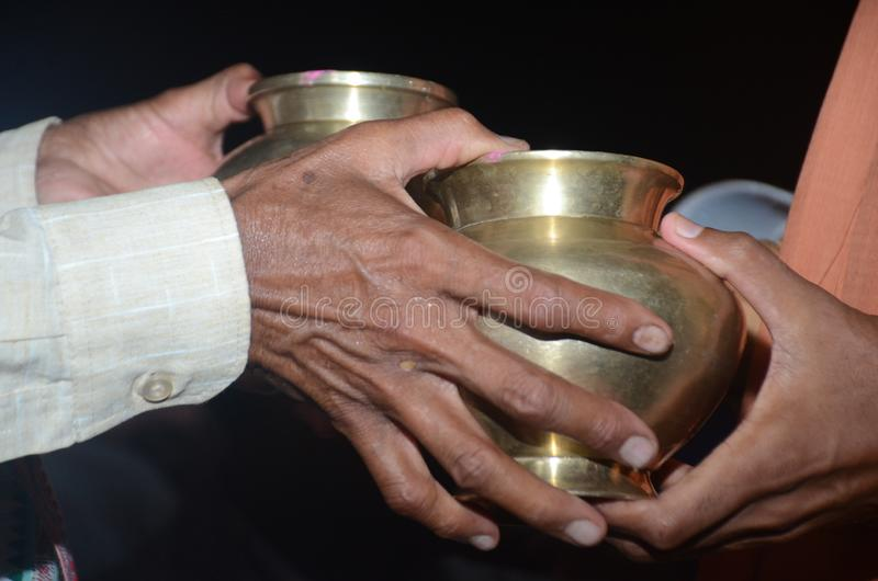 Antes da união de duas pessoas alterando sua regra tradicional do utensílio na cerimônia de casamentos hindu fotografia de stock